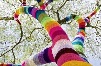 ドイツのゲリラ編み集団 街に現れた新しいグラフィティ