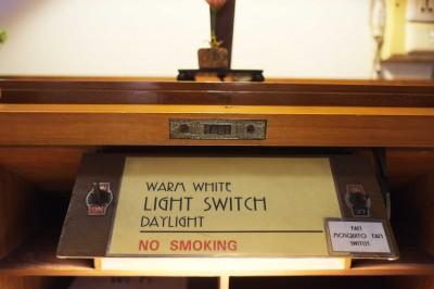 In der Bibliothek lässt sich zwischen Tageslicht und warmem Licht wählen.