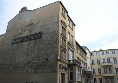 Hinterhof mit historischer Werbefläche