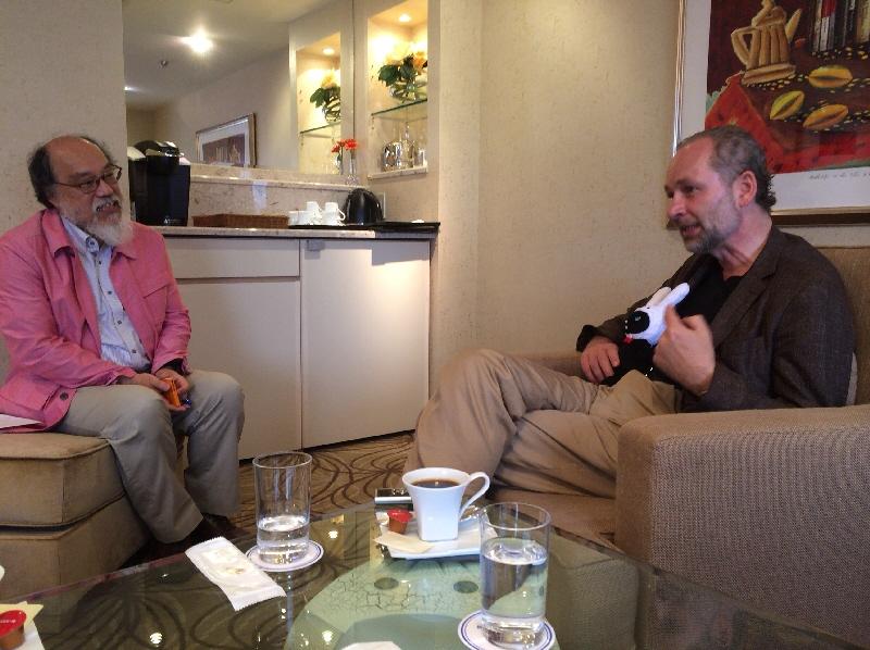 左のピンクのジャケットの人物に思わず注目してしまいますが、右がシーラッハ氏です^^ ⒸMarei Mentlein