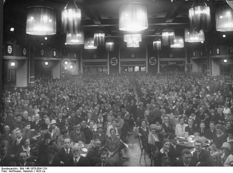 実際の「ビュルガーブロイケラー」内部の情景 Bundesarchiv, Bild 146-1978-004-12A / Hoffmann, Heinrich / CC-BY-SA [CC BY-SA 3.0 de (http://creativecommons.org/licenses/by-sa/3.0/de/deed.en)], via Wikimedia Commons