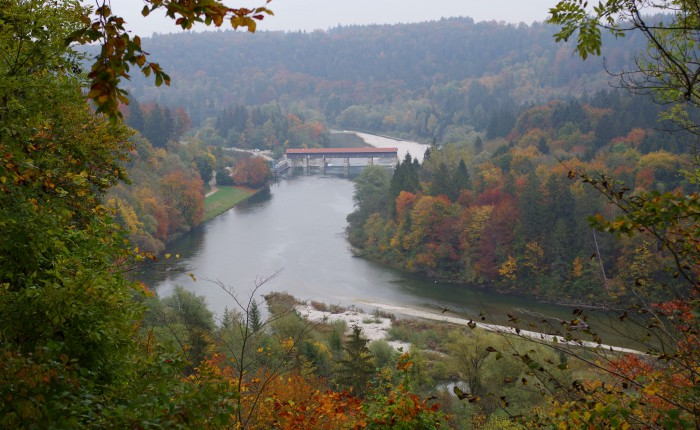 高台を通る巡礼路からイーザル川を見下ろす。紅葉も見ごろだ。