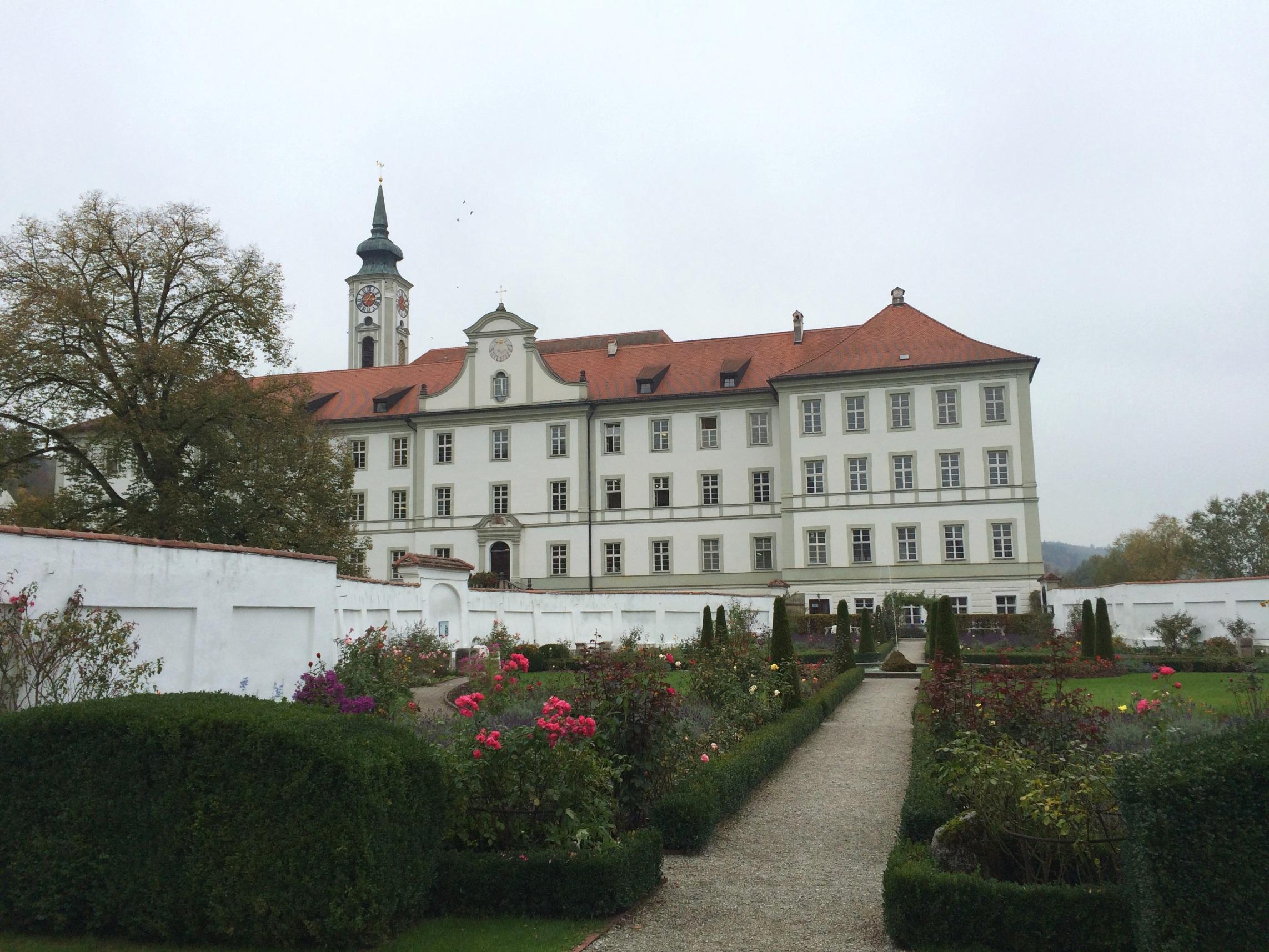修道院の塔と、その手前のギムナジウムと庭園。