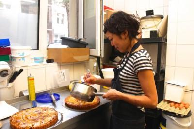 工房でケーキを焼く油田さん。