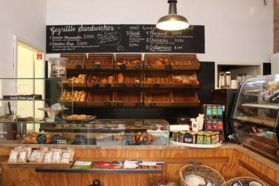 油田さんが働く、ベルリンのカフェ「シラー・バックシュトゥーベ」。