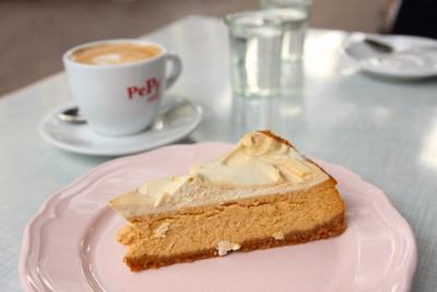 シラー・バックシュトゥーベのお隣にあるシラー・バーでケーキをイート・インできます。