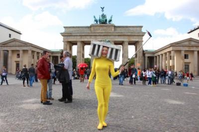 全身タイツ着用で自宅からブランデンブルク門へ。移動中は堂々としていると、奇異な目で見られないそうです。
