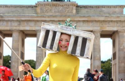 ブランデンブルク門で動画を撮影するハルカミホさん。