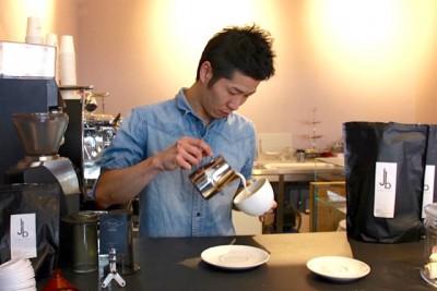 カプチーノのミルクを注ぐ山本さん