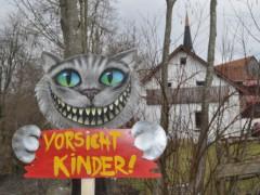 ヴァイトナウで見かけた「子どもに注意!」のチェシャ猫看板。