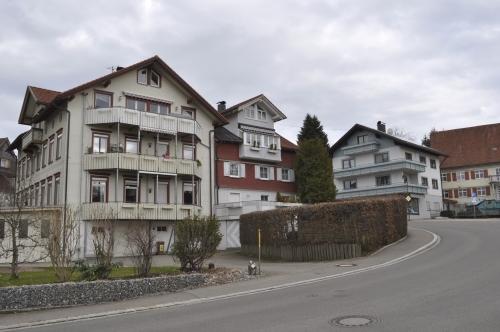 山から水辺へと近づいてきたせいでしょうか。上品で凝った装飾の家々が増えてきました。