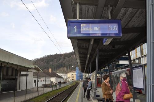 駅に座り込んで列車を待つ。時間はもう17時半。