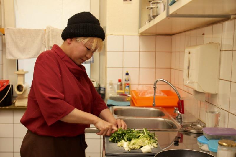 バーのキッチンで調理中の赤澤さん
