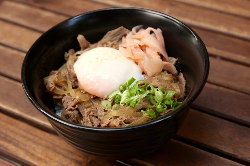 金・土限定で食べられる牛丼に、温泉卵をトッピング