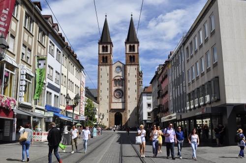 大聖堂が建てられたのは11~12世紀ごろ。第二次世界大戦後に再建されたそうです。