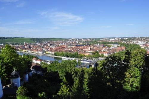 マイン川沿いに栄えた街・ヴュルツブルクを見下ろす。