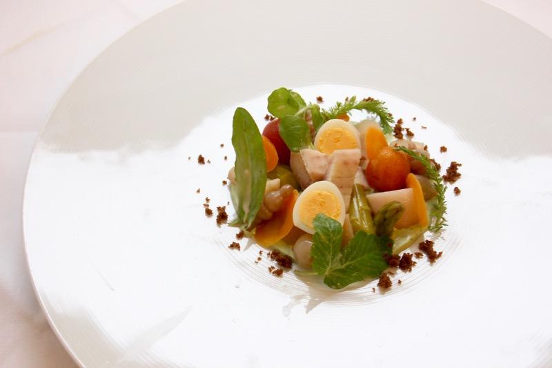ウナギに卵・野菜のピクルスを盛り合わせた美しいオードヴル。