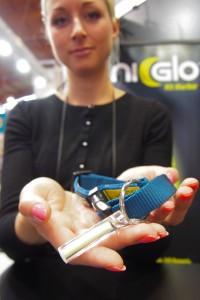 「ナイグロー」はバッテリー不要の明かり。また小ぶりなため犬の散歩時に首輪に付けるといった使い方もできる Photo: Aki SCHULTE-KARASAWA
