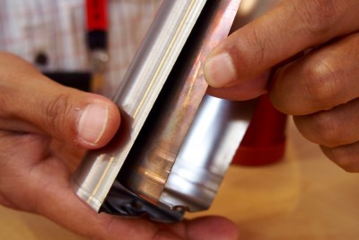 ボトルの外側と内側を隔てる真空槽の幅は1.2mmにまで削った(写真はボトルをカットした展示) Photo: Aki SCHULTE-KARASAWA
