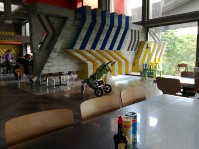 ザールラント大学の学食。子供向けの椅子や、おもちゃも置いてあります。