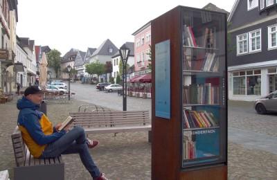 """街角に神出鬼没の""""パブリック本棚""""。人口7万超の町アルンスベルクでは、中心街に設置されていた Photo: Aki SCHULTE-KARASAWA"""