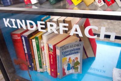 中が見える扉が付いたパブリック本棚。最下段が子供向けの本コーナーになっていた Photo: Aki SCHULTE-KARASAWA