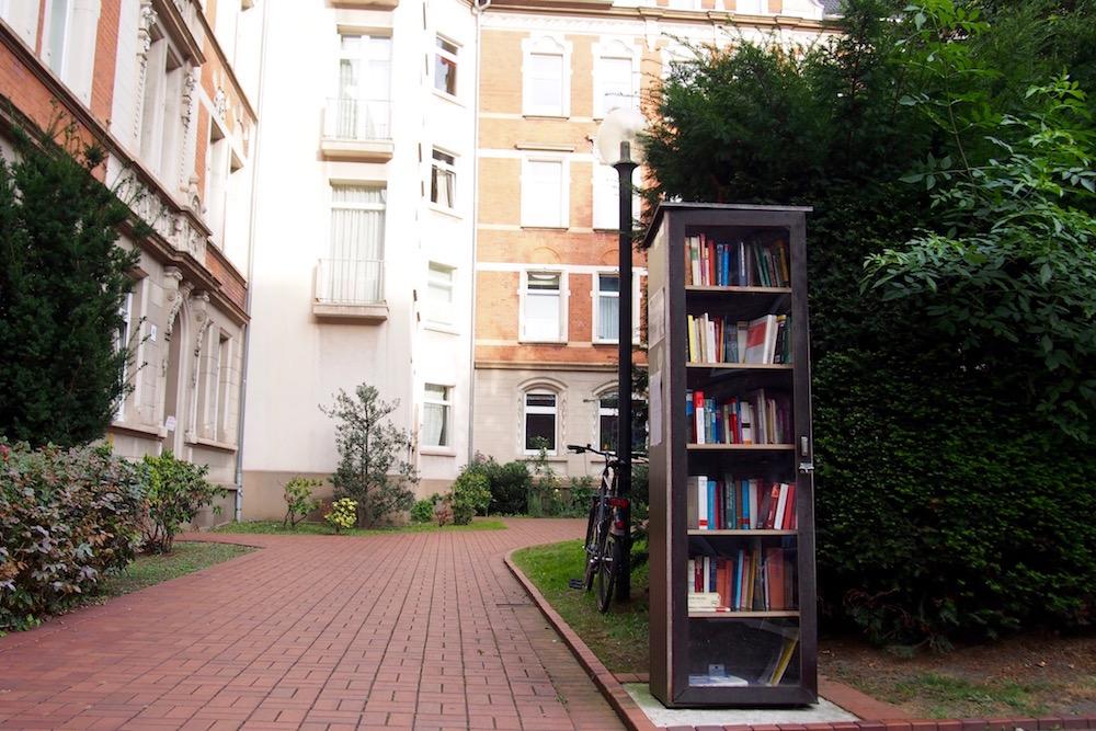 アパートが集まる場所に設置されたドルトムントのパブリック本棚 Photo: Aki SCHULTE-KARASAWA