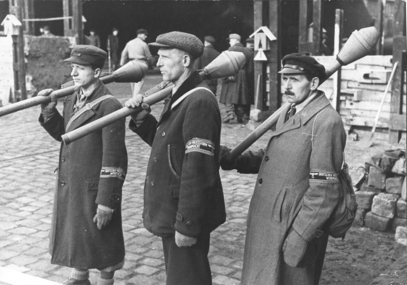 国民突撃隊(Volkssturm)の兵士たち。大戦末期に編成された、中高年や少年を中心とする急ごしらえの「決戦兵士」部隊。彼らの戦いは悲劇以外の何物でもなかった。 Bundesarchiv, Bild 183-J31320 / CC-BY-SA 3.0 via Wikimedia Commons