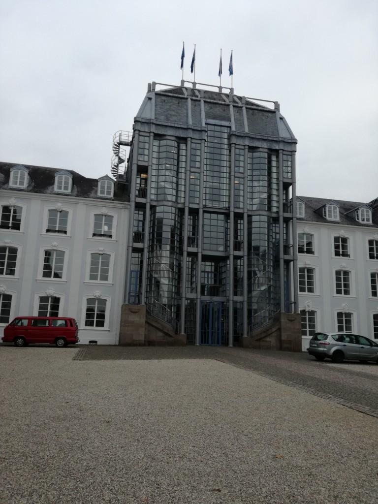 Saarbrücker Schloss。ポストモダン様式だそうです。インパクトが強い城