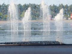 クルマからの眺め。この水の壁を上手に回避して運転する体験 Photo: Aki SCHULTE-KARASAWA