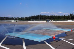 後輪が取られるシチュエーションを生む装置 Photo: Aki SCHULTE-KARASAWA