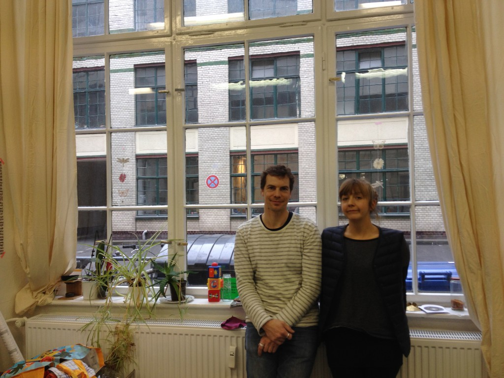 写真16  創業者ニックとヘンリーケ、オフィスにて。背景は「オラーニエン・ホーフ」。