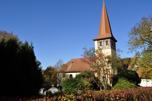 クステンロールの人けがなく静かな教会と墓地。