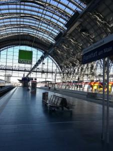 かまぼこ型のアーチが特徴的なフランクフルト中央駅
