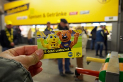 スタジアム内での飲食、グッズ購入に利用できるプリペードカード。全額使わなかった場合は払い戻しもできる Photo: Aki SCHULTE-KARASAWA