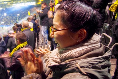 小〜さな香川真司を穴が開くほど見つめていると、連続シュート! ボルシア・ドルトムントのファンに同化してはしゃぐ筆者 Photo: Aki SCHULTE-KARASAWA