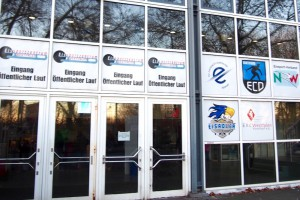 アイススポーツツェントルム・ヴェストファーレンのエントランス。ここを拠点にするアイスホッケーチームやカーリングチームのロゴも掲載されていた Photo: Aki SCHULTE-KARASAWA