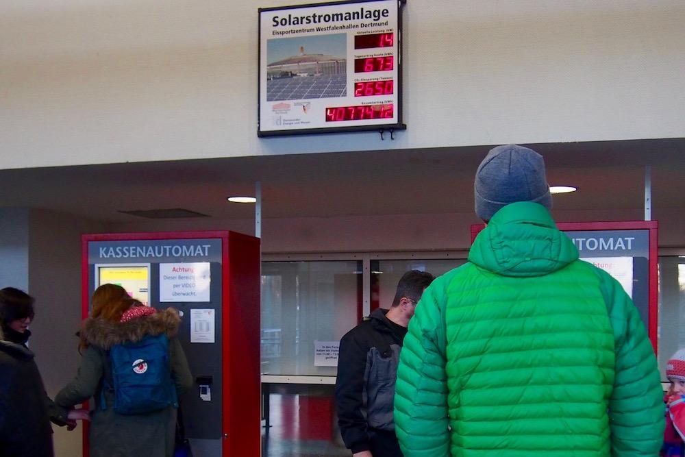 チケット販売機の上にはアイススポーツツェントルム・ヴェストファーレンのソーラー発電量が掲示されていた。この日の発電量は673kWh Photo: Aki SCHULTE-KARASAWA
