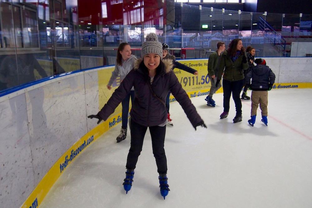 へ、へっぴり腰だけど立てたよ! …もはや周辺は立てたよレベルではない。アイスリンクの縁にへばりつくようなわたしの横では反時計回りの渦がびゅんびゅん Photo: Aki SCHULTE-KARASAWA