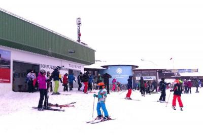 わたしの実感では97%の人はヘルメットを着用してスキーやスノボを楽しんでいました Photo: Aki SCHULTE-KARASAWA