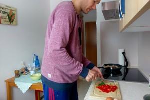 フェーリエンヴォーヌンクのキッチン。IH調理器は4つ口、ミニダイニングもついていました Photo: Aki SCHULTE-KARASAWA