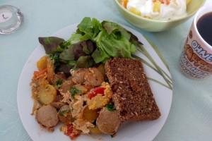 ある日のブランチ。地元のヴルストをカットして卵と混ぜたら、ボリューム満点のスクランブルエッグのできあがり Photo: Aki SCHULTE-KARASAWA