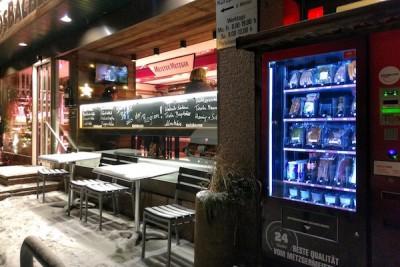 """イートインスペースを備えた肉屋。自動販売機は24時間""""営業""""だ Photo: Aki SCHULTE-KARASAWA"""