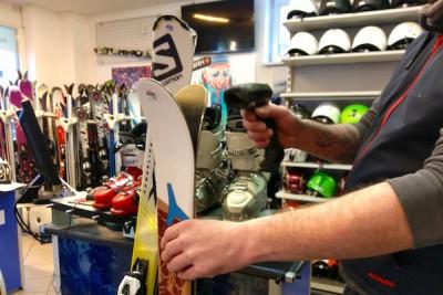レンタルしていたスキーを返却する際は、バーコードでピピッと読取り Photo: Aki SCHULTE-KARASAWA