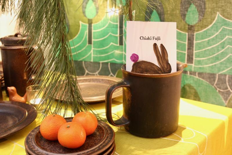 森のお茶会に招かれたよう。ウサギが描かれたフライヤーは1枚1枚すべて手描き