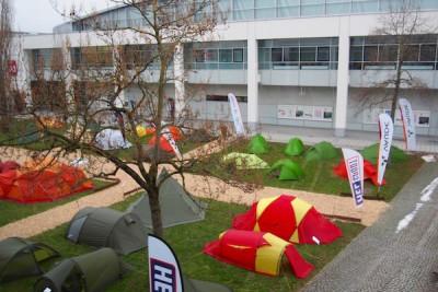 屋外のテント展示エリアにもファウデの製品を発見 Photo: Aki SCHULTE-KARASAWA
