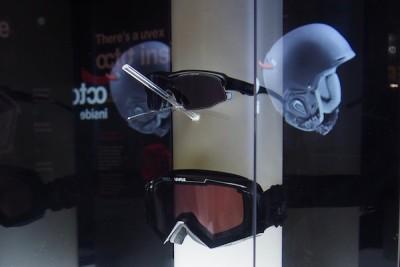 「ヴァリオトロニック」のデモ展示その2。明るいレンズだった上のサングラスがパッとブラックに切り替わった Photo: Aki SCHULTE-KARASAWA