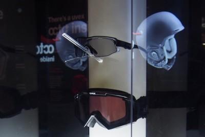 「ヴァリオトロニック」のデモ展示その1。上のサングラスはまだ明るいレンズカラーだ Photo: Aki SCHULTE-KARASAWA