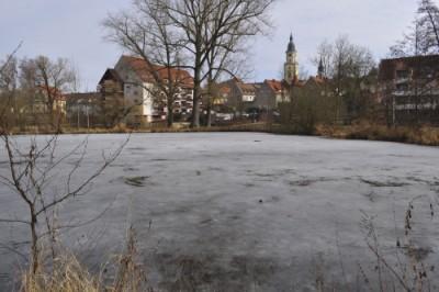 """クライルスハイムの街をのぞむ""""池の上""""で、少年がふたり楽しげに遊んでいました。"""