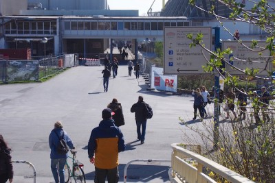 試合開始前に会場へ向かう観客 Photo: Aki SCHULTE-KARASAWA